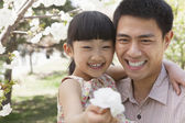Father and daughter enjoying the cherry blossoms — Stock Photo