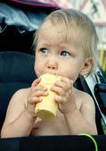 宝宝吃冰淇淋 — 图库照片