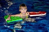 Dívka je plavání v bazénu — Stock fotografie