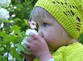 милая маленькая девочка на детской площадке — Стоковое фото
