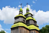 Wooden church with green domes in Ukraine — Stockfoto