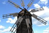 Velho moinho de madeira sobre o céu azul brilhante e nuvens — Fotografia Stock