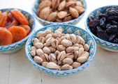 Pistachios in a ceramic bowl. Tasty dried fruits — Stock Photo