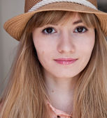 Portrait of a beautiful smiling girl close up in summer hat — Stock Photo