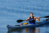 Kayaker arrives squinting in the bright sunlight — 图库照片
