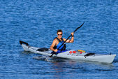 Atheltic man kayaking in Mission Bay — Stock Photo