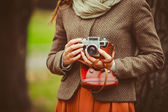 Vintage camera in the hands of the girl — Stock Photo