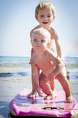 Surfer brother and baby sister — Stockfoto