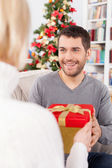 Man receiving a gift box from his girlfriend — Стоковое фото