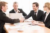 ビジネス人々 握手と笑顔 — ストック写真