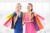 Two attractive young women holding shopping bags — Stock Photo