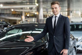 Vendedor de carros clássicos jovem bonito — Foto Stock