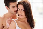 男人脱下他的女友胸罩 — 图库照片