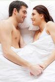 Milující pár v posteli — Stock fotografie