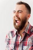 Homem barbudo, gritando com os olhos fechados — Fotografia Stock