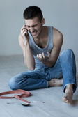 Mobil telefonda konuşurken öfkeli genç adam — Stok fotoğraf
