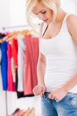 Mujer tirando en jeans ajustados — Foto de Stock