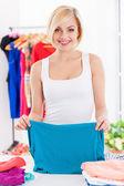 Dobrar as roupas de mulher. — Foto Stock