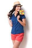 Mujer sosteniendo una piruleta grande — Foto de Stock