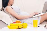 Dizüstü bilgisayar ile hamile kadın. — Stok fotoğraf