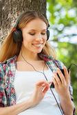女人在听音乐的耳机 — 图库照片