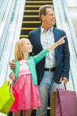 父亲和女儿去逛商场. — 图库照片