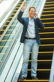 Uomo sulla scala mobile — Foto Stock