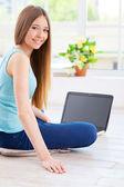 Tonårig flicka med hjälp av dator — Stockfoto