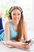 Tonårig flicka lyssna på musik — Stockfoto