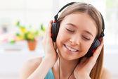 Tonårsflicka i hörlurar — Stockfoto