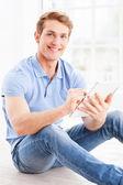 Mężczyzna pracujący na cyfrowy tablicowy — Zdjęcie stockowe