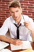 Hombre en camisa y corbata escrito en bloc de notas — Foto de Stock