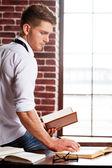 Mann im hemd und krawatte im notizbuch schreiben — Stockfoto