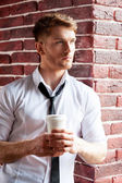 Man holding coffee cup — Stock Photo