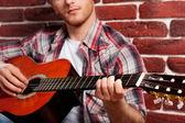 Człowiek gra gitara akustyczna — Zdjęcie stockowe