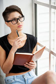 Woman holding note pad — Stock Photo