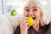 Senior woman holding apple — Stock Photo