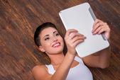 Vrouw bedrijf digitale Tablet Pc — Stockfoto