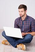 Casual uomo lavorando sul portatile. — Foto Stock