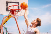 Basketball player making slam dunk — Stock Photo