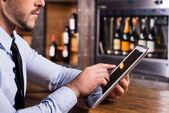 Homem de camisa e gravata trabalhando em tablet digital — Fotografia Stock