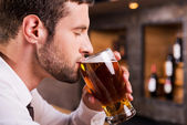 Man drinking beer. — Stock Photo