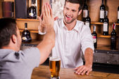 Customer talking to bartender — Stock Photo