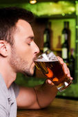 Man drinking beer — Stock Photo