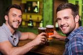 друзья, пьющие пиво. — Стоковое фото