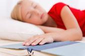 Девушка устала от чтения. — Стоковое фото