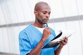 Afryki lekarza gospodarstwie schowka — Zdjęcie stockowe