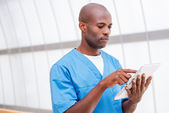 Surgeon with digital tablet. — Foto de Stock