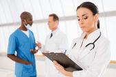 Fiducioso dottore femminile. — Foto Stock