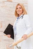 Confident and experienced female doctor. — Stock Photo